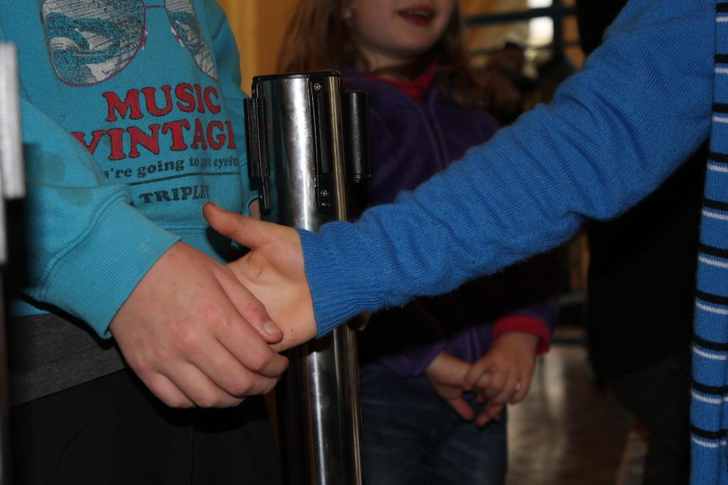 Le labyrinthe mystère : Touche ma main pour aller à gauche, à droite ou pour avancer.